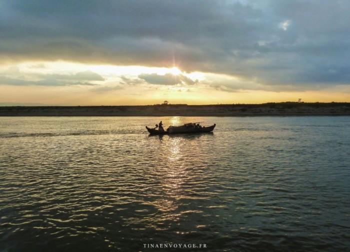 Myanmar, Bagan, soleil couchant sur l'Irrawaddy